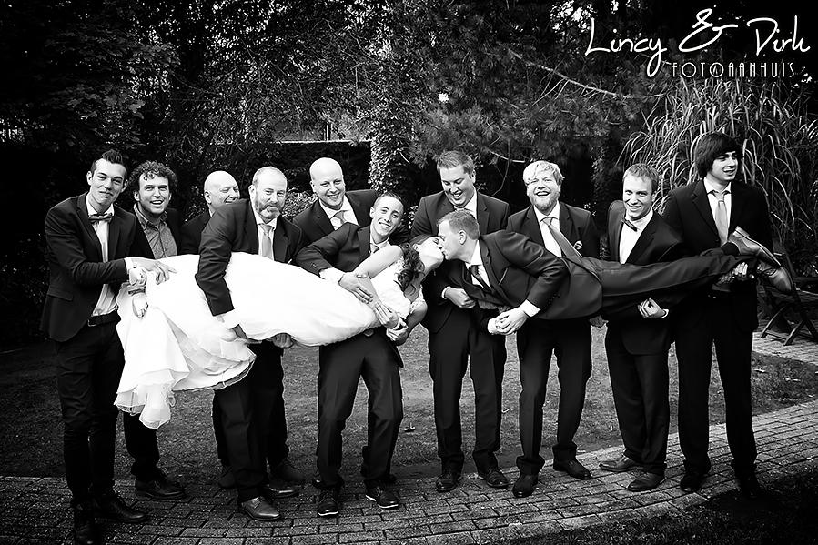 ludieke huwelijksfotografie met bruidsmeisjes, bruidsjonkers, bruid en bruidegom