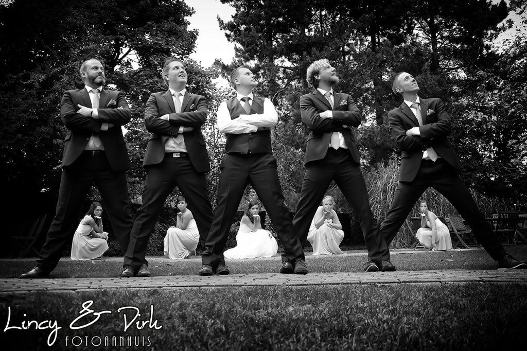 ludieke huwelijksfotografie met bruidsmeisjes en de bruidegom