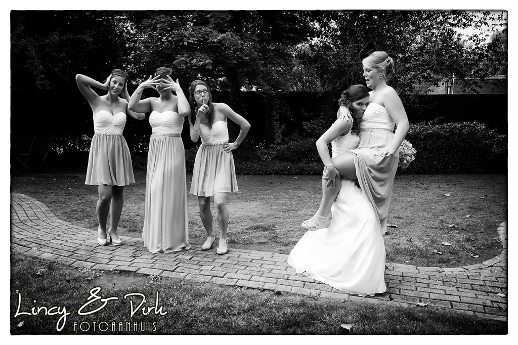 ludieke huwelijksfotografie met bruidsmeisjes en de bruid