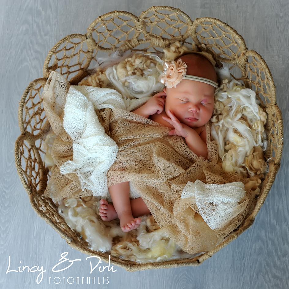 baby newbornfotografie bij Fotoaanhuis