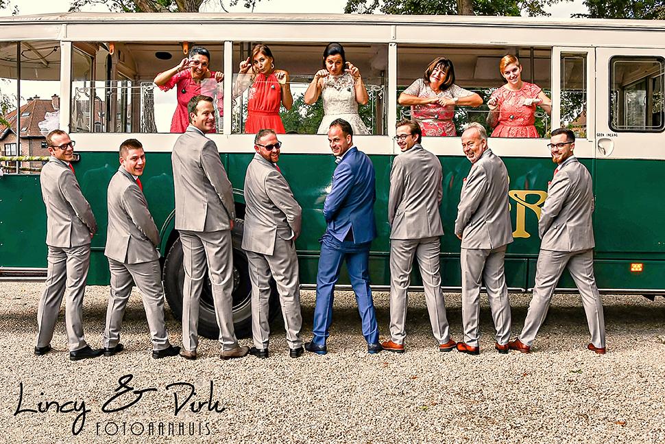 huwelijksfotograaf trouwreportage originele trouwfoto's retrobus